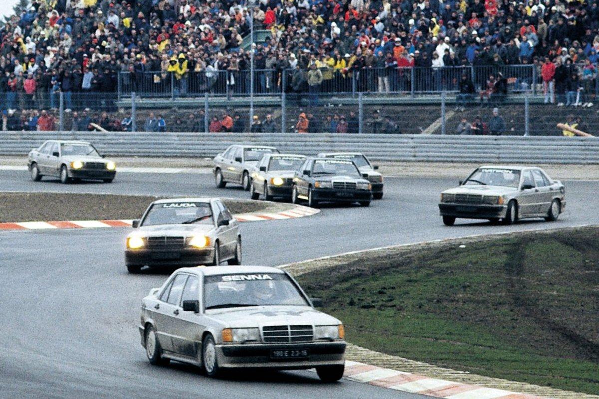 Ayrton Senna liderando la carrera de los Mercedes E190 2.3 16V