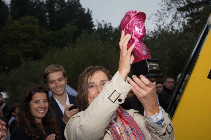 Maria Lopez Tapia levantando un trofeo en una edición de Autobello en Torre Loizaga