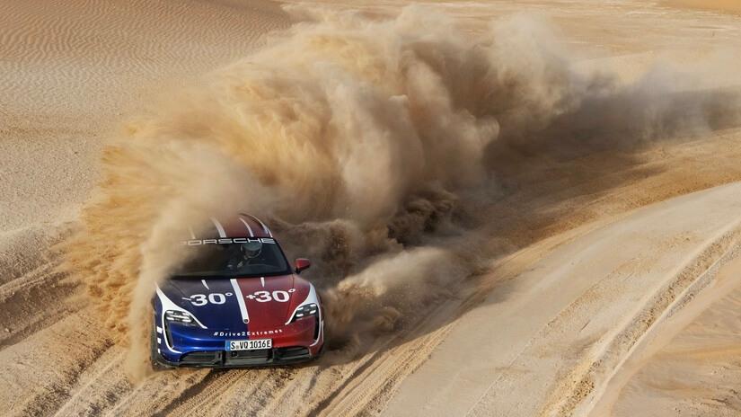 Porsche Taycan Turbo Cross Turismo en arena