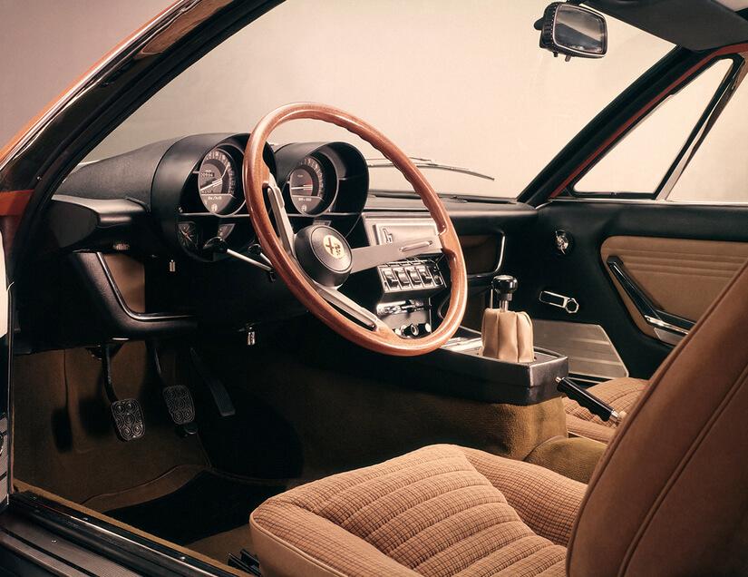 Alfa Romeo Montreal de lado dentro
