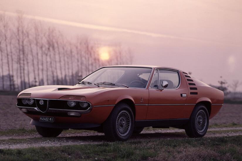 Alfa Romeo Montreal de lado con sol