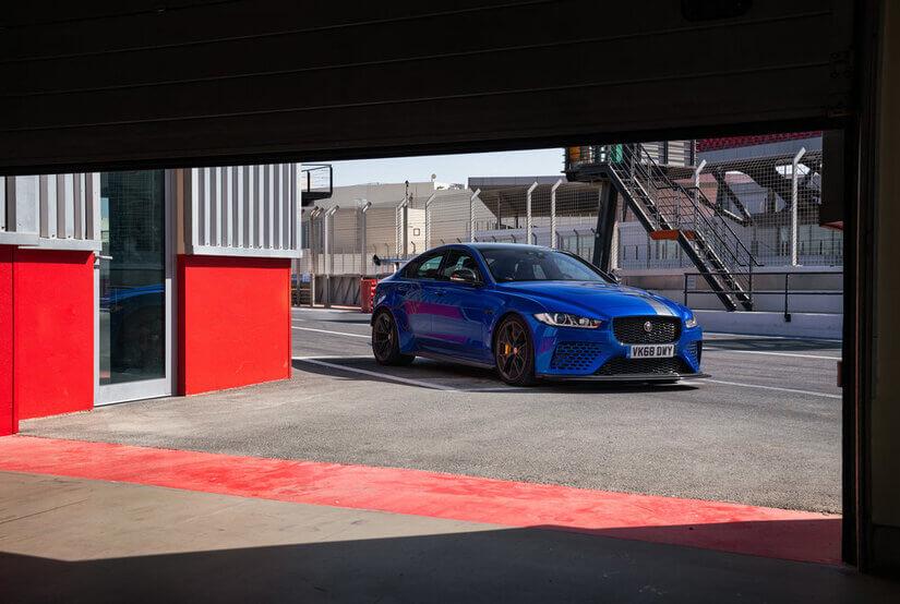 Jaguar XE SV Project 8 en garaje